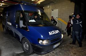 Furgón policial en la Corte Criminal Central de Lisboa (Portugal).
