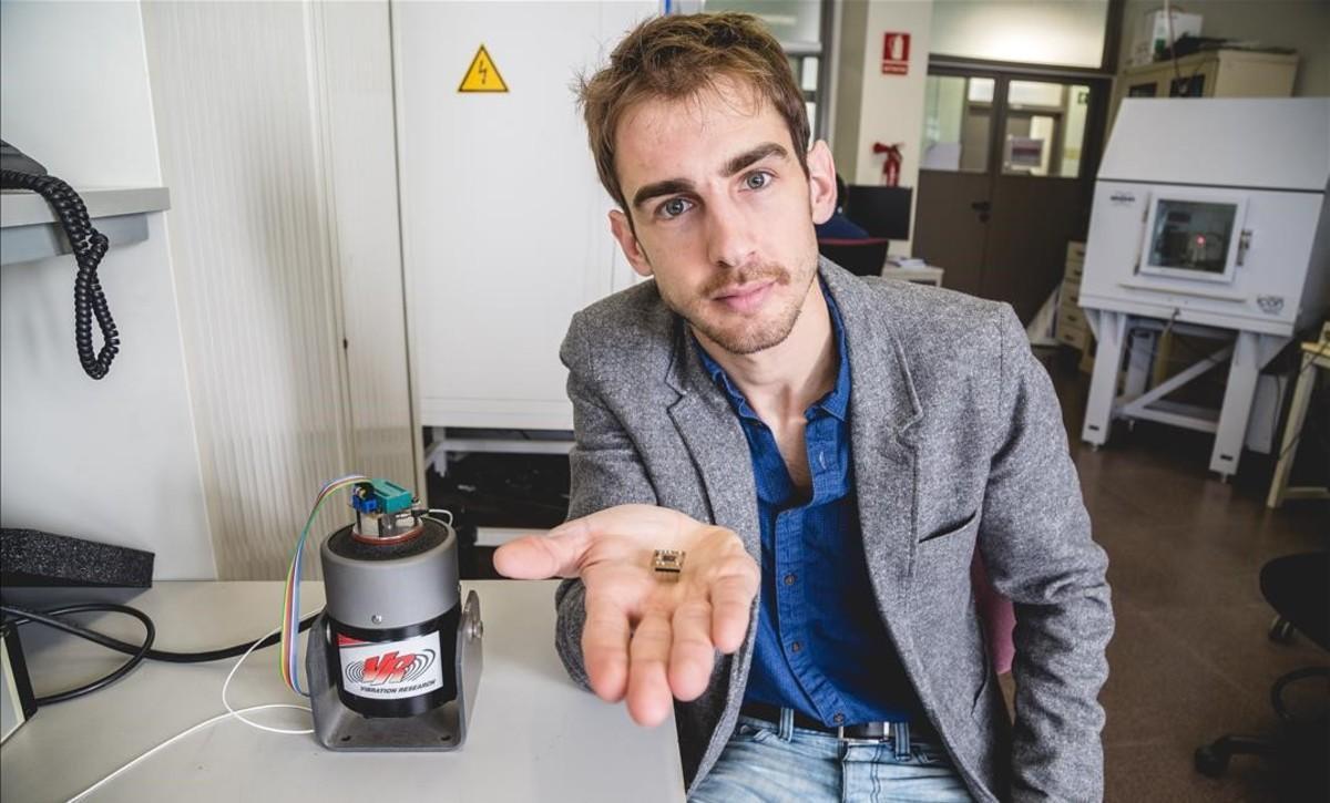Gonzalo Murillo, en su laboratorio del IMB-CSIC, con uno de los dispositivos que ha desarrollado.
