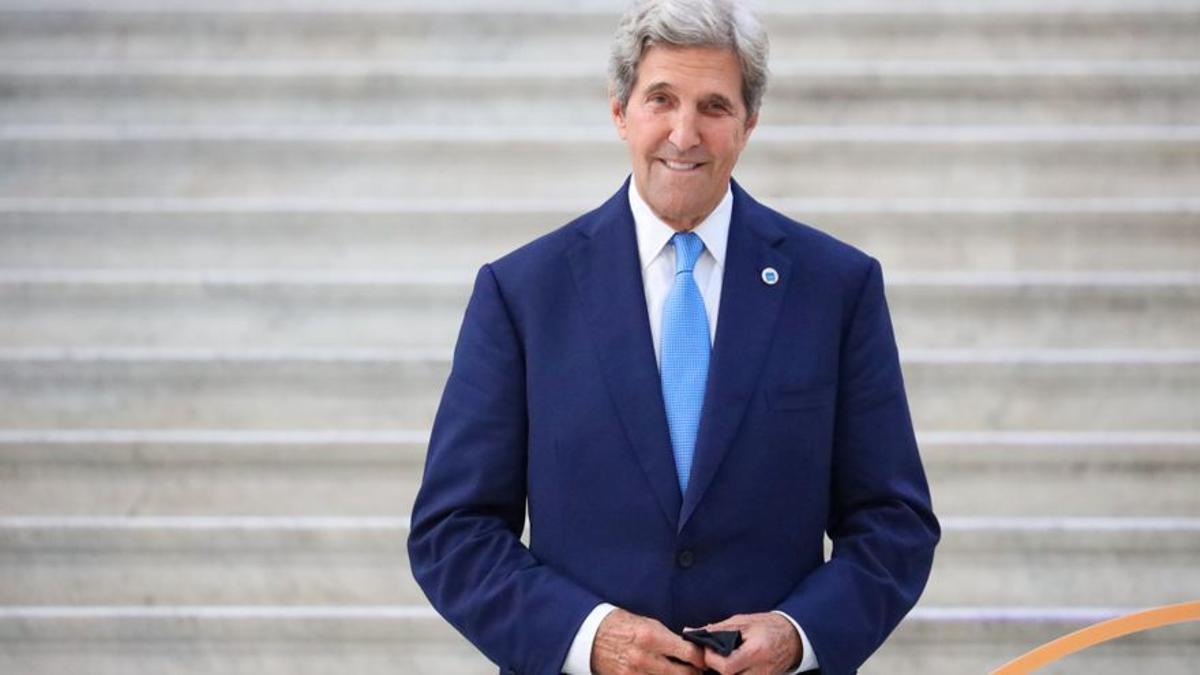 Archivo - El enviado especial de Estados Unidos para el cambio climático, John Kerry, durante una cumbre en Milán