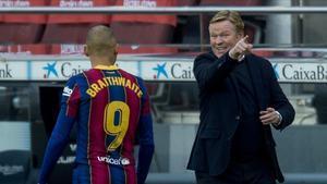 Koeman da instrucciones a Braithwaite en el Barça-Valencia, disputado en el Camp Nou.
