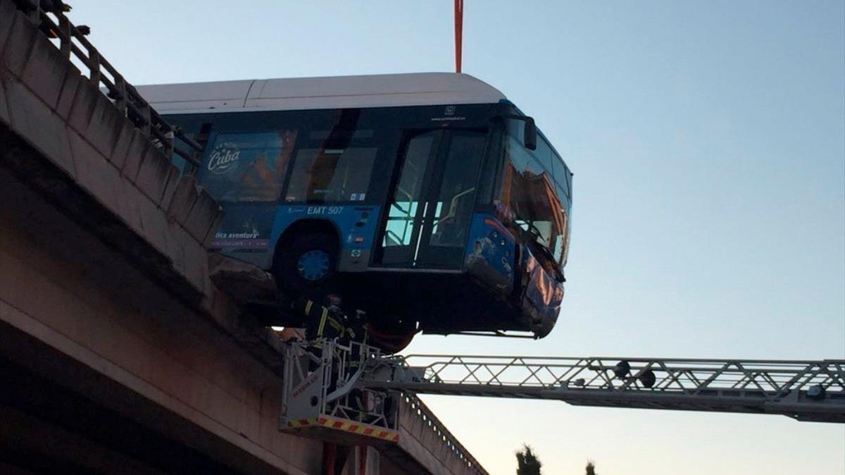 Un autobus que prestaba servicio como lanzadera entre el festival Mad Cool y plaza de Castilla acaba colgando de un puente de la M-11