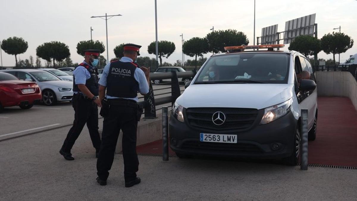 Hallan el cadáver del hombre que mató a su hijo en un hotel de Barcelona. En la foto, el furgón judicial con el cadáver del padre.