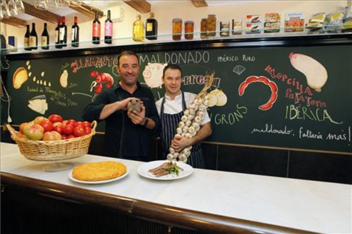 Santi Hoyos y el cocinero Alejandro Britos, con unos ajos. Foto: Josep Garcia