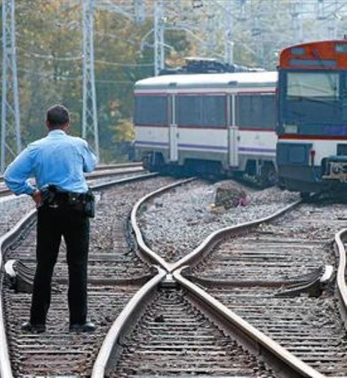El tren descarrilado, cruzado sobre las vías, ayer.