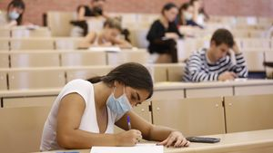 Imagen de archivo de unos alumnos realizando las pruebas de acceso PAAU.