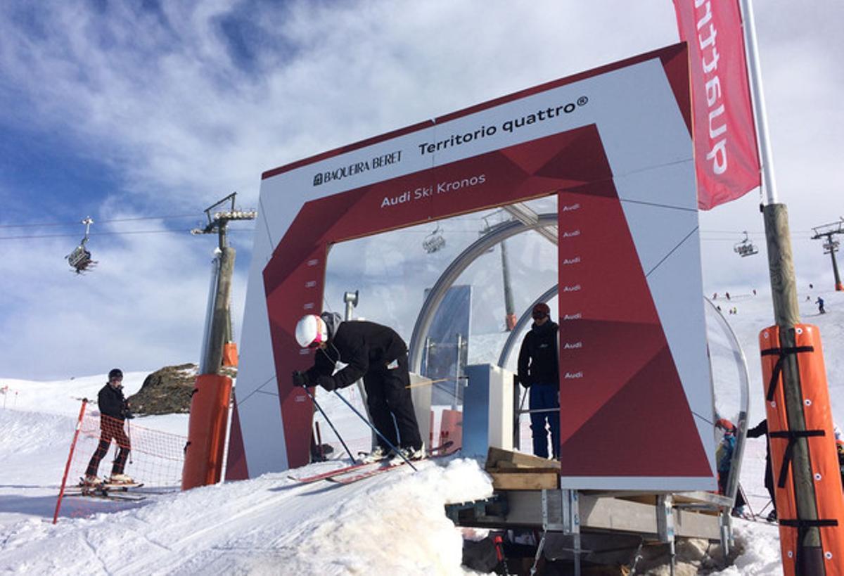 Un esquiador se dispone a comenzar el descenso cronometrado en Vaquèira-Beret.