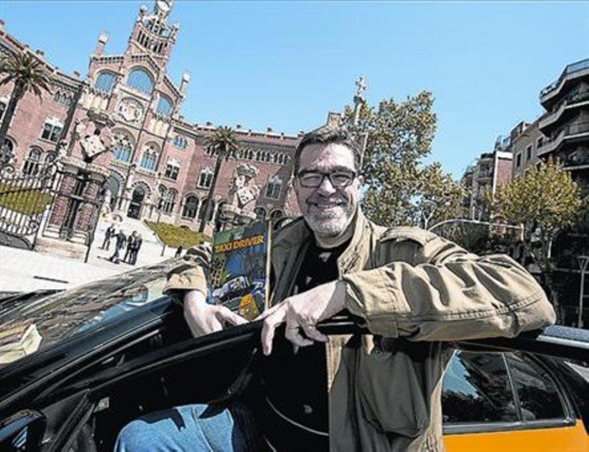 Ilustrador y taxista Xavier Carrasco, Bié, en el taxi que empezó a conducir por la falta de ingresos.