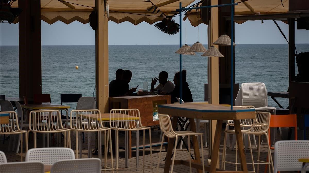 Terraza de un chiringuito de playa de Barcelona, el pasado 25 de mayo.