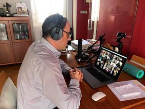 Un profesor de L'Intèrpret imparte un curso de formación musical a sus alumnos por videoconferencia durante la cuarentena.