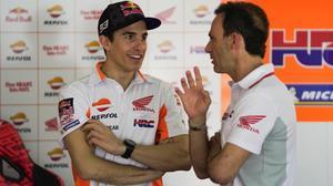 Marc Márquez conversa con Alberto Puig, el hombre que Honda acaba de fichar para conseguir la renovación de su tetracampoeón.