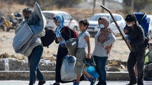La policia grega comença a reallotjar els refugiats de Moria