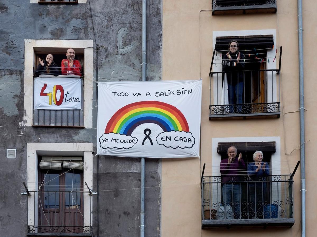 Vecinos del Casco Antiguo de Cuenca recuerdan este jueves durante el aplauso a los sanitarios los 40 días de confinamiento por el coronavirus.