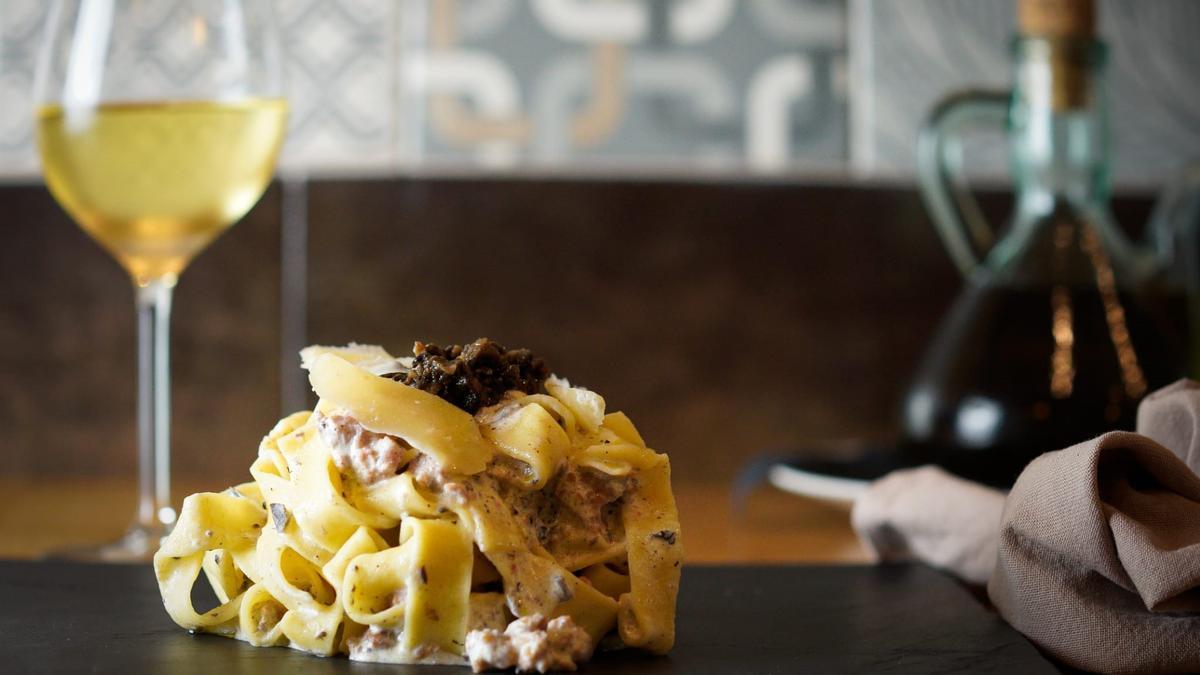 'Pappardelle alla Norcia' con trufa, butifarra y vino blanco del restaurante italiano Galú.