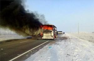 Una columna de humo se eleva desde un autobús en llamas en una carretera entre Samara y Shymkent, a unos 10 kilómetros de Kalybai (Kazajistán).