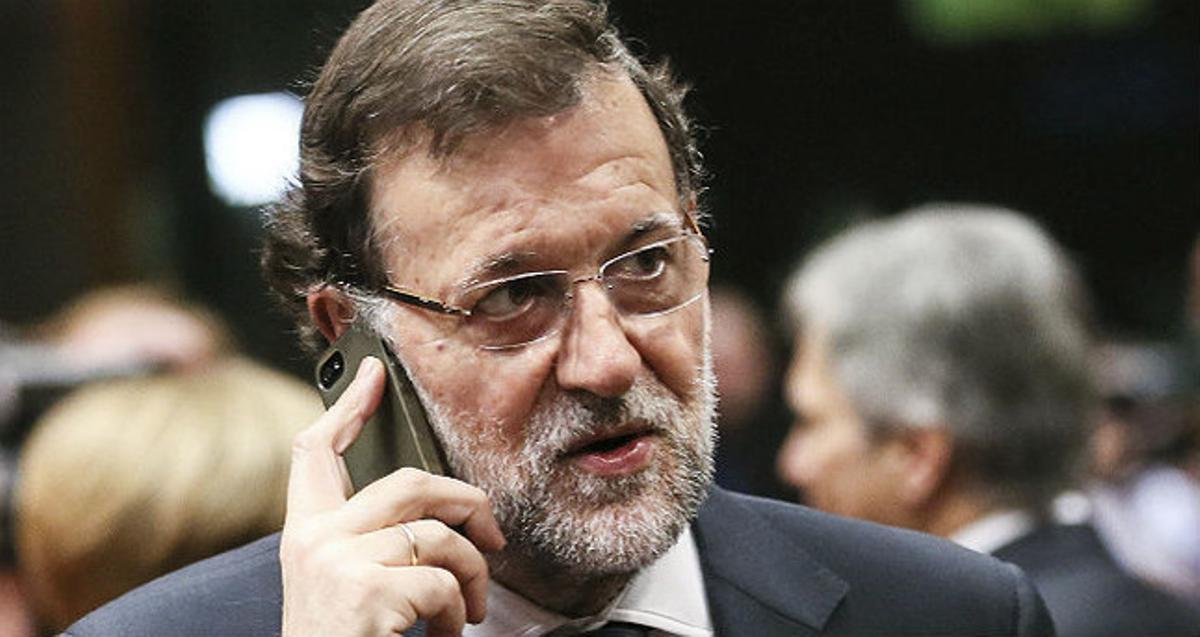 El presidente del Gobierno, Mariano Rajoy, realiza una llamada telefónica en una imagen de archivo.