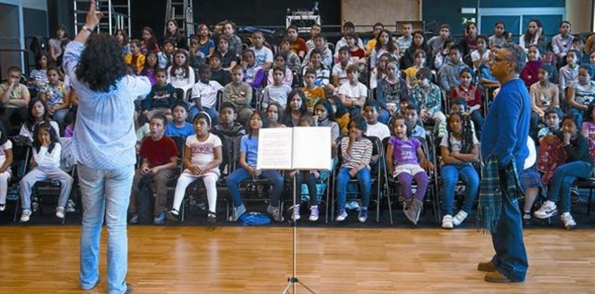 Niños de los proyectos 'Voces' y  '4Cordes' ensayan con Elisenda Carrasco y Pablo González.