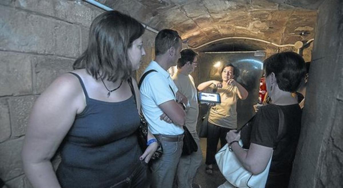 En el refugio antiaéreo de la catedral 8 Un grupo de visitantes atiende las explicaciones de la guía Marta Hernández, el sábado pasado.