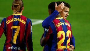Coutinho felicita a Ansu Fati por su gol al Villarreal en el primer partido de Liga.
