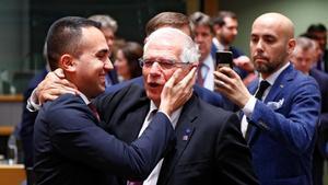 El ministro de Exteriores italiano, Luigi Di Maio, saluda al jefe de la diplomacia europea, Josep Borrell, este viernes en Bruselas.