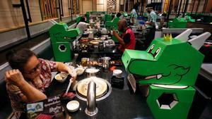 Un restaurante de Bangkok coloca muñecos en las mesas para que se respete la distancia social.