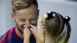 Rakitic bromea con su hijaantes del partido de Liga Barca-Athletic.