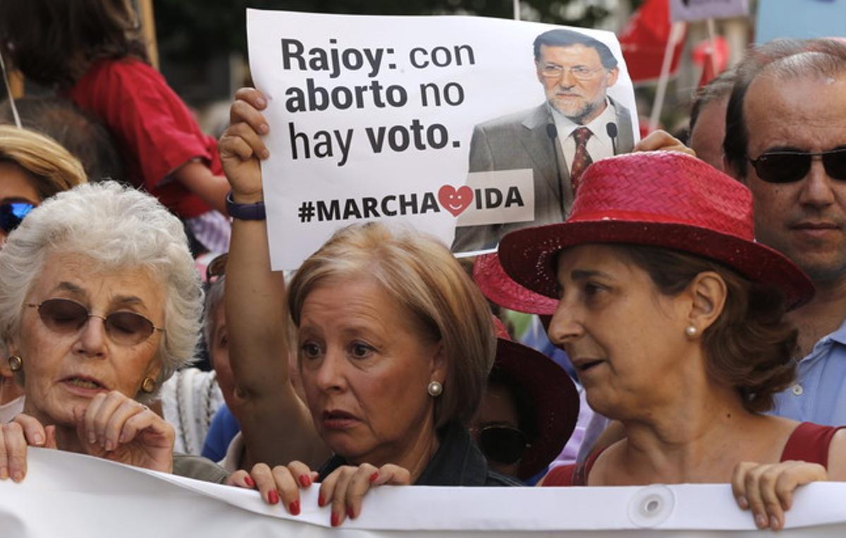 Participantes en la marcha convocada por la plataforma Derecho a Vivir para pedir al Gobierno que derogue la actual ley del aborto.