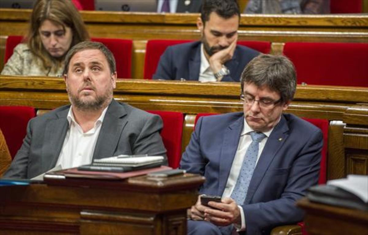 Junqueras y Puigdemont, durante unasesión de control al Govern en el Parlament.