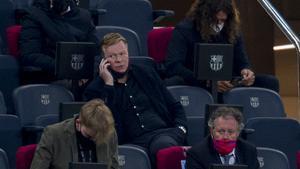Koeman da instrucciones a Schreuder, su ayudante, desde el palco del Camp Nou durante el Barça-Granada.