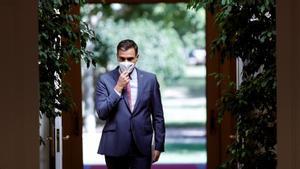 El presidente del Gobierno se dirige a su rueda de prensa de balance de fin de curso político. En el vídeo, Pedro Sánchez presume de la evolución positiva de la economía. Día a día, y gracias al éxito de la vacunación, se afianza la recuperación, subraya. EFE TV / FOTO: EMILIO NARANJO (EFE)