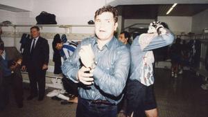 Camacho, duchado en el vestuario perico después del ascenso sellado el 23 de abril de 1994.