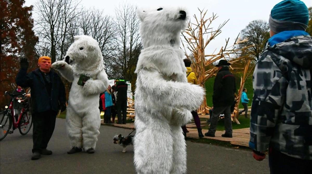 Dos activistas disfrazados de osos polares desfilan junto a Donald Trump durante la cumbre del clima de Bonn (COP23).
