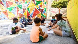 Niños en el casal de verano,que organiza los 'Casals urbans Baobab',en la Escola SEAT del barrio de La Marina.