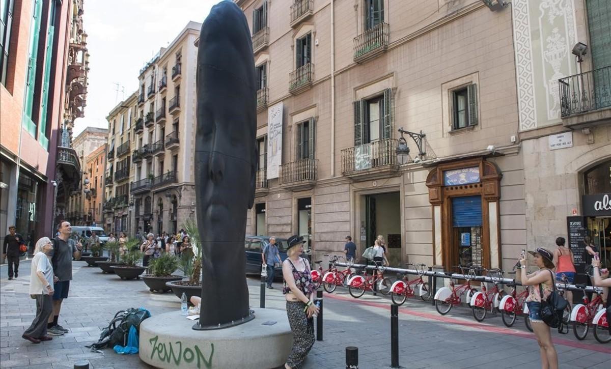 'Carmela', de Jaume Plensa, delante del Petit Palau.