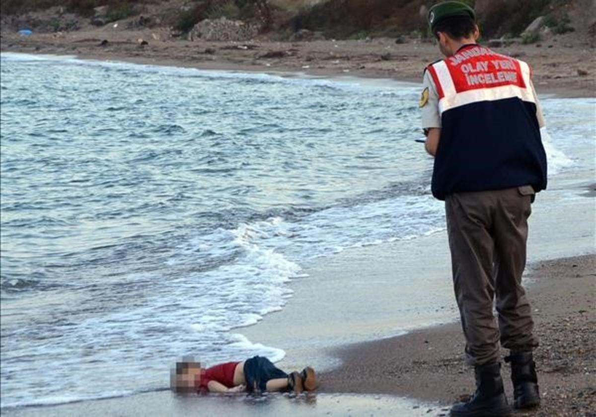 El cuerpo de Aylan Kurdi, un bebé de 3 años, apareció en las costas turcas enseptiembre del 2015 y se convirtió en la imagen de la crisis de los refugiados.