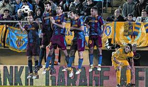 Iniesta, Piqué, Busquets, Mascherano y Thiago saltan en una falta del Villarreal, el pasado sábado.