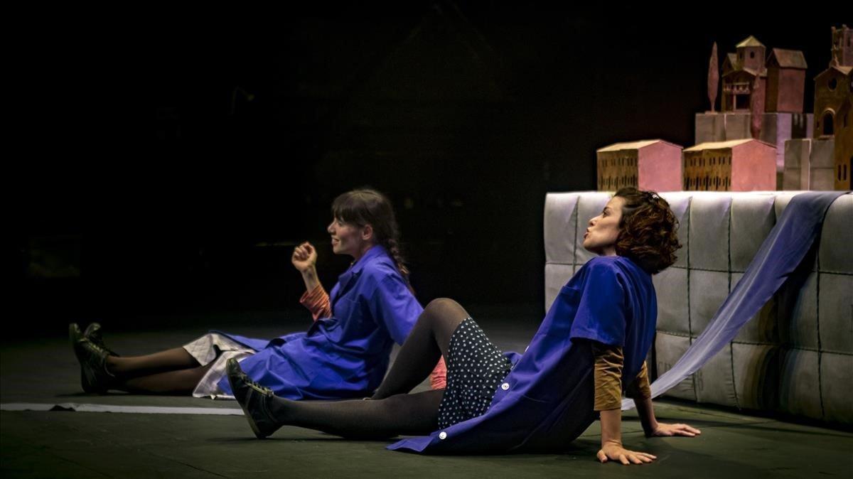 Maria Casellas (derecha) y Andrea Portella en un momento de 'El silenci dels telers'.