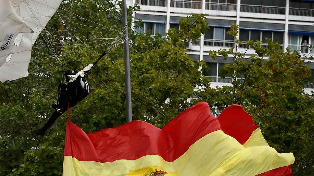 Accidentat aterratge del paracaigudista que portava la bandera d'Espanya