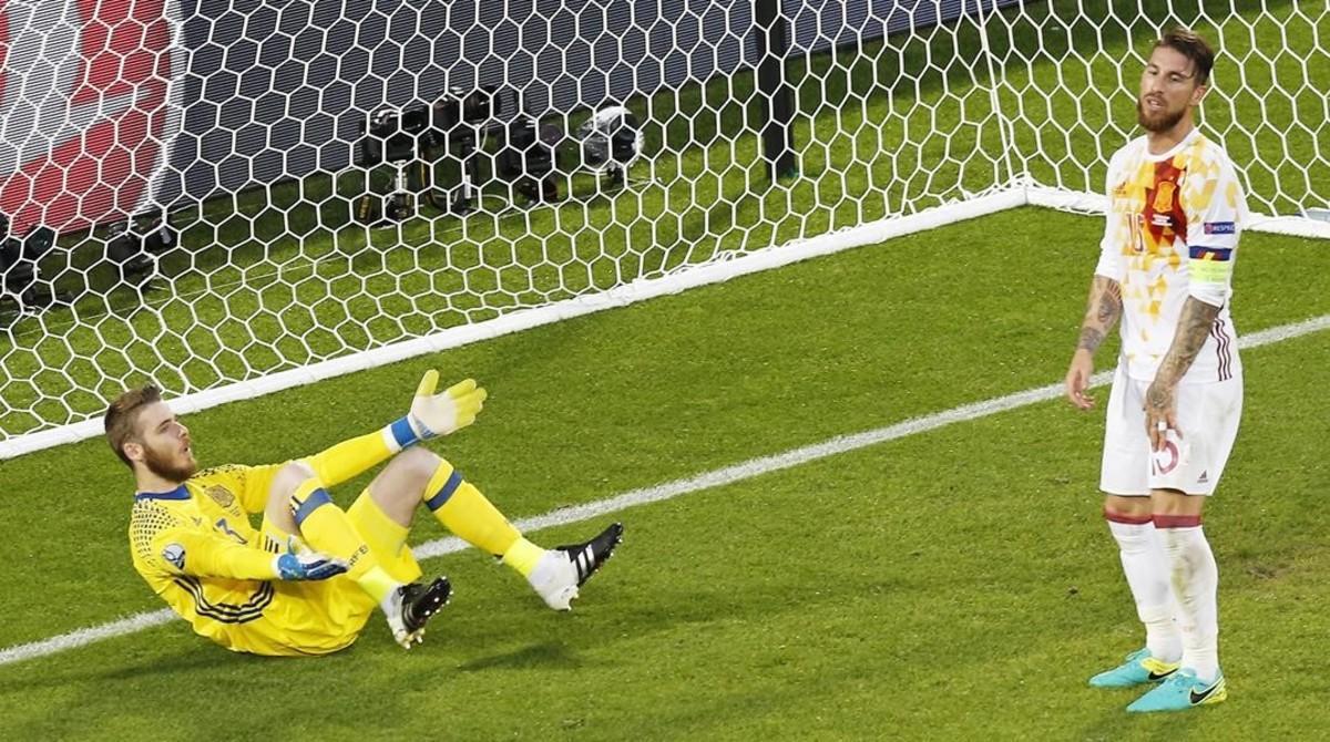 La derrota de España ante Croacia en la Eurocopa es la retransmión más vista en television en el mes de junio. En la foto, David De Gea y Sergio Ramos, tras el gol de los croatas.