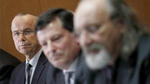 De izquierda a derecha, Günter Lubitz, el abogado Andreas Behr y Tim van Beveren, en Berlín, este viernes.