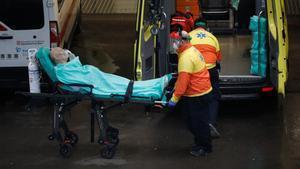 Traslado de un enfermo en la entrada de Urgencias del Hospital del Mar.
