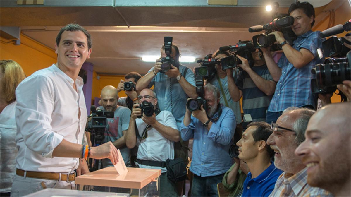 Albert Rivera vota en l'Hospitalet de Llobregat esta mañana