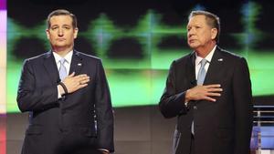 Fotografia de archivo tomada el 10 de marzo de 2016 que muestra a los aspirantes a la candidatura republicana Ted Cruz y John Kasich durante un debate en la Universidad de Miami.