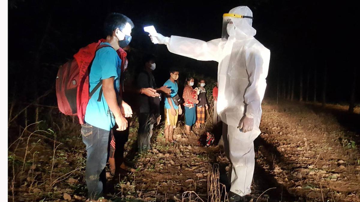 Toma de temperatura a ciudadanos de Laos en la frontera con Camboya.