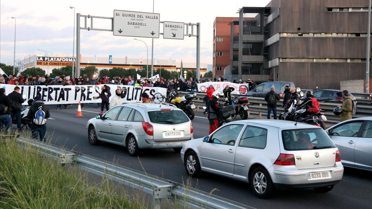 La C-58 cortada a la altura de Sabadell, con motivo de la huelga.