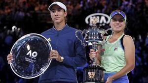 Muguruza y Kenin, con los trofeos como finalista y ganadora del Abierto de Autralia.