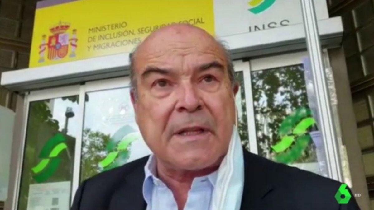 Antonio Resines a las puertas de una oficina de la Seguridad Social.