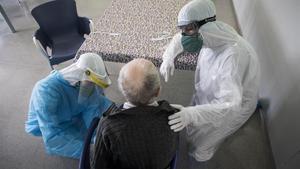 Traslado de pacientes infectados de covid-19 en una residencia geriátrica de Barcelona, el pasado 17 de abril.