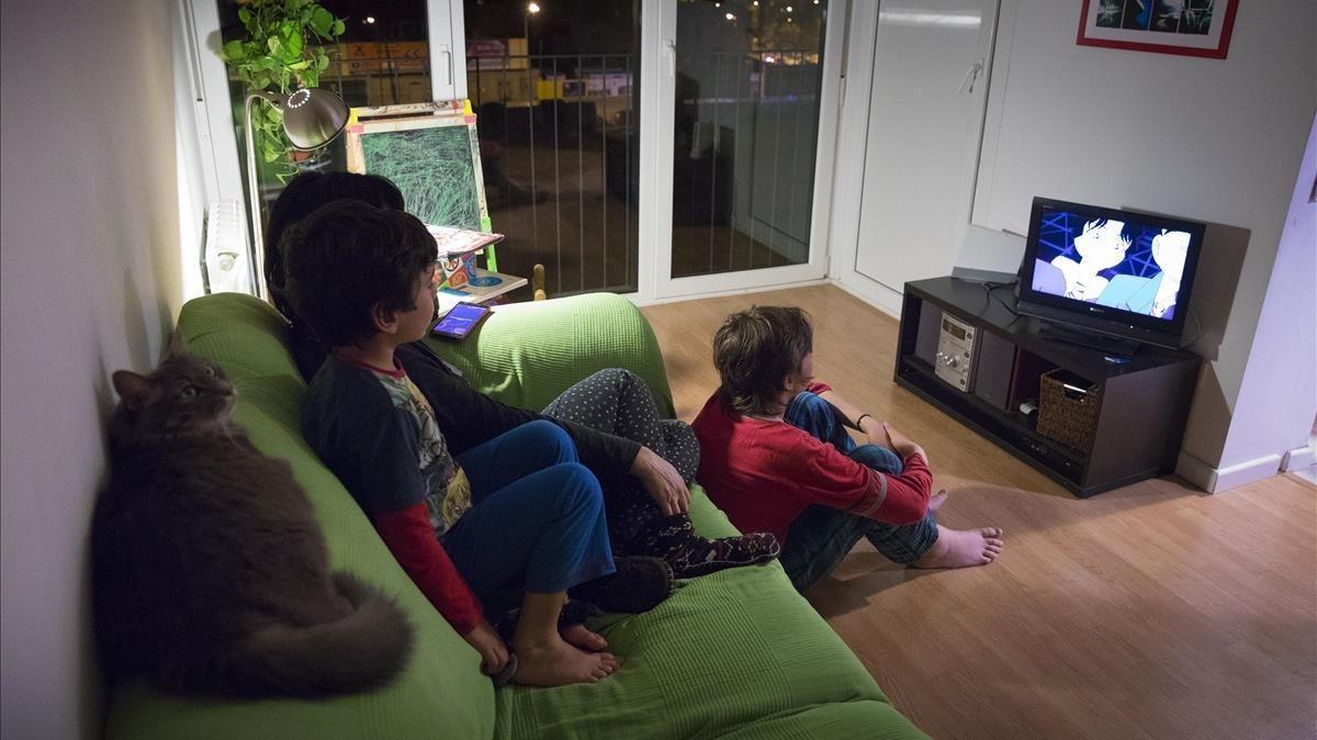 El Defensor del Espectador de RTVE pide una racionalización en los horarios de televisión, para ayudar a la conciliación.