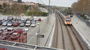 A la izquierda, el futuro 'park & ride' de Cornellà de Llobregat, con 40 plazas de aparcamiento para coches.
