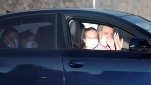 GRAF9837. PALMA, 07/08/2020.- El rey Felipe VI (d), la reina Letizia (i), la princesa Leonor (2d) y la infanta Sofía (2i) a su llegada al Palacio de Marivent, en Palma de Mallorca, en el inicio de sus vacaciones veraniegas en Mallorca. EFE/Ballesteros
